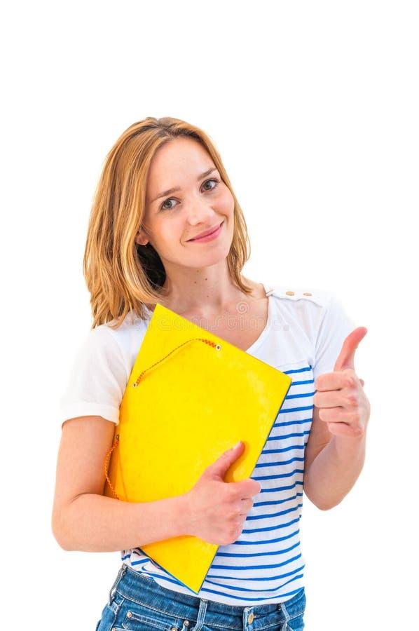 Jeune pouce de sourire de femme et tenant le bloc-notes photographie stock libre de droits