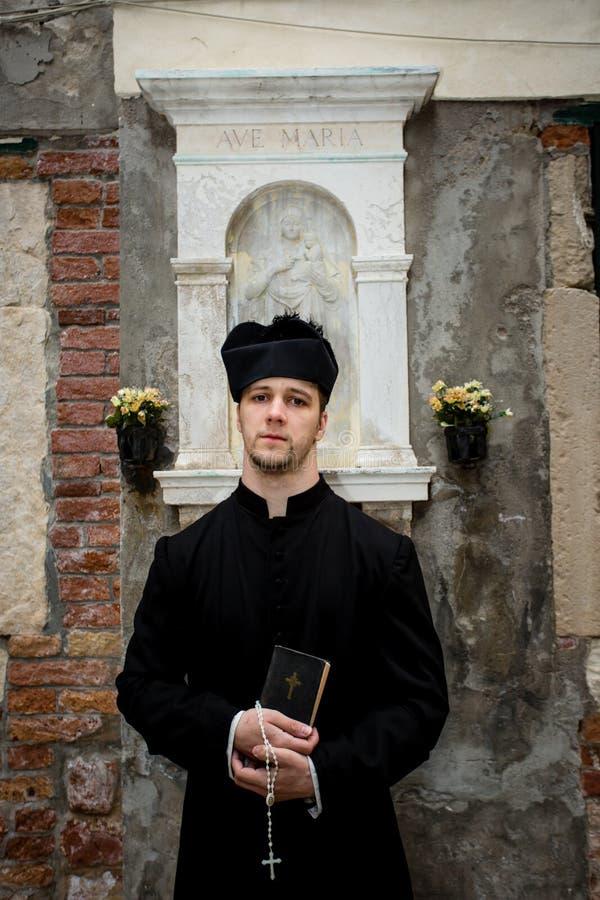 Jeune prêtre à Venise images stock