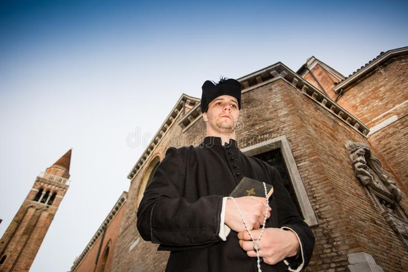 Jeune prêtre à Venise photo libre de droits