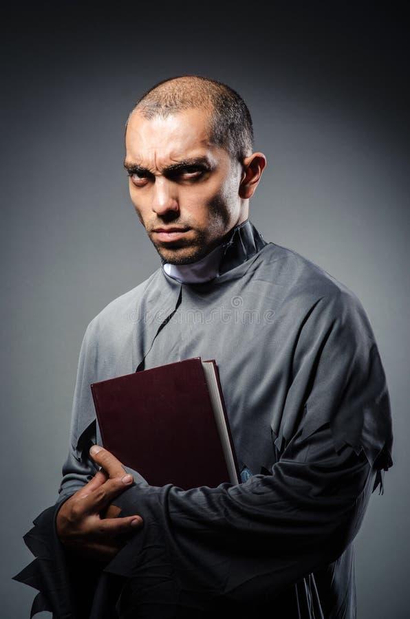 Jeune prêtre photo stock