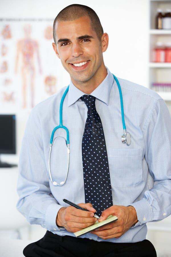 Jeune prescription mâle d'écriture de docteur images stock