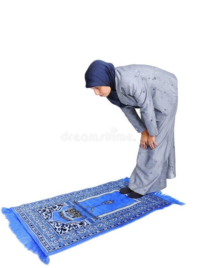 Jeune prière femelle musulmane gentille photographie stock