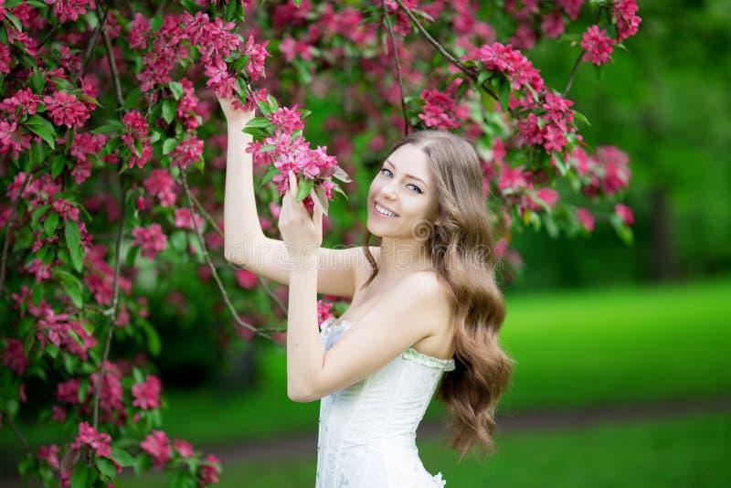Jeune printemps Summertim de jardin de femme de mode de ressort au printemps image libre de droits