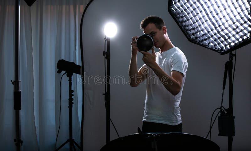 Jeune pro photographe avec l'appareil photo numérique photo libre de droits