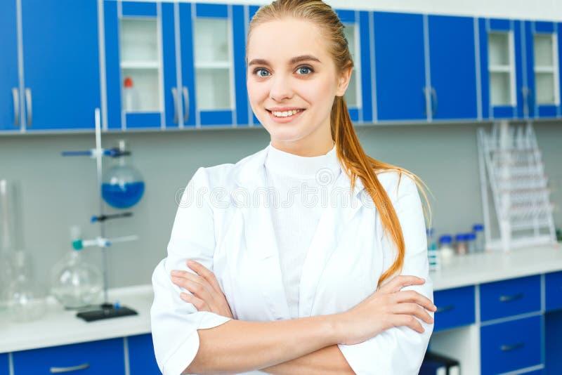 Jeune professeur de chimie dans le travail de laboratoire d'école se tenant sûr image libre de droits