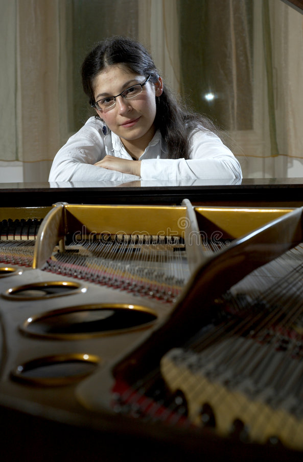 Jeune professeur de piano photos stock