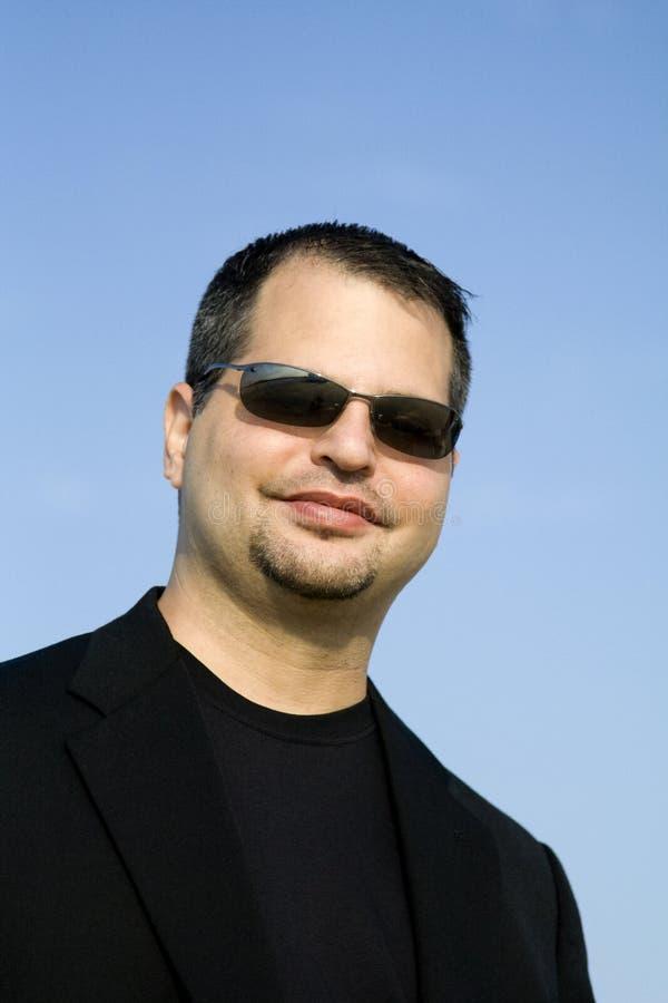 Jeune professionnel d'affaires avec des lunettes de soleil photo libre de droits