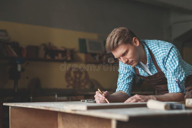 Jeune professionnel en menuiserie photographie stock