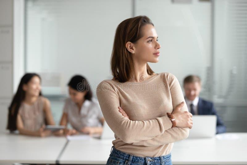Jeune professionnel rêveur de femme d'affaires regardant loin rêvant du succès image stock