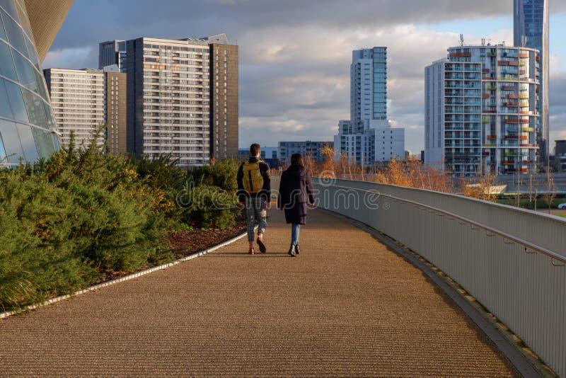 Jeune promenade de couples dans la Reine Elizabeth Olympic Park image stock