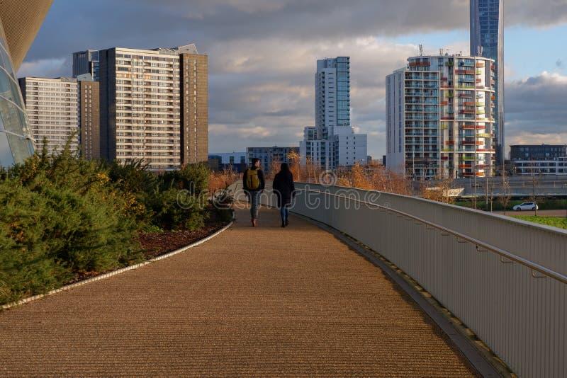 Jeune promenade de couples dans la Reine Elizabeth Olympic Park photographie stock libre de droits