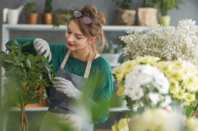 Jeune propriétaire de fleuriste photos stock