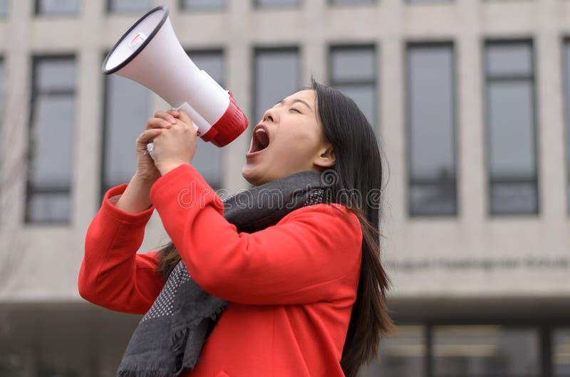 Jeune protestation chinoise moderne de femme images stock