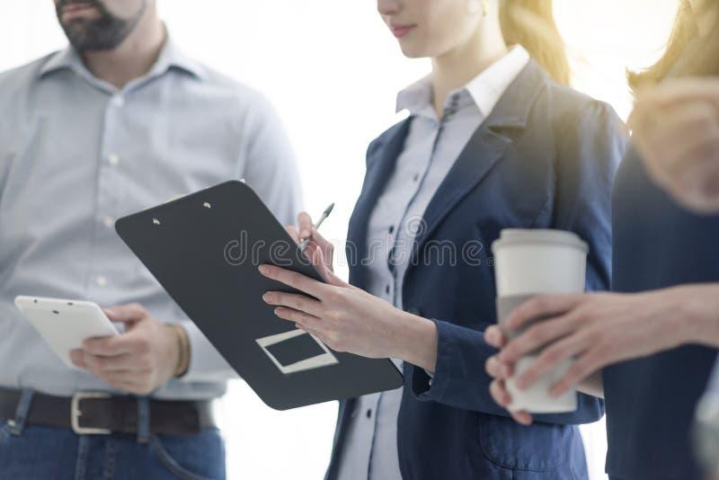 Jeune ?quipe d'affaires travaillant ensemble photos stock