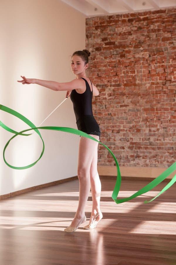 Jeune répétition de ballerine Gymnastique rhythmique - graphisme vectoriel coloré photographie stock