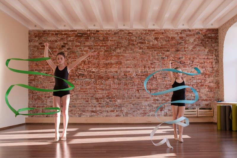 Jeune répétition de ballerines Gymnastique rhythmique - graphisme vectoriel coloré images libres de droits