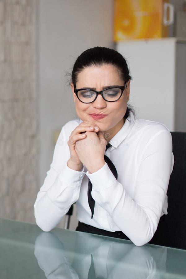 Jeune résultat d'aversion de femme d'affaires dans le bureau photos stock