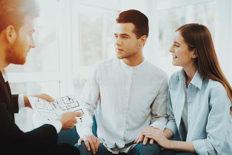 Jeune réunion de couples avec Rieltor Bureau lumineux images libres de droits