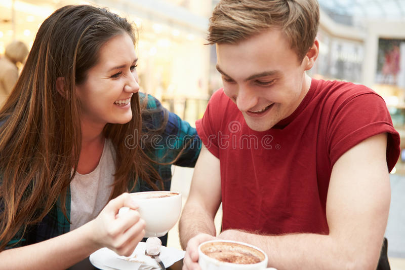 Jeune réunion de couples la date en café images libres de droits