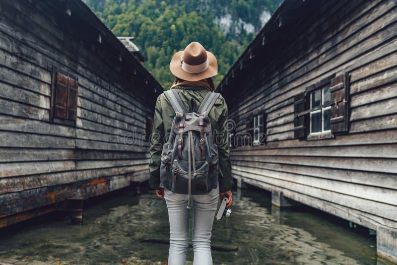 Jeune randonneur dans le parc national images stock