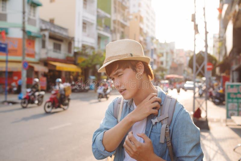 Jeune randonneur de déplacement asiatique dans le lon de Cho dans Chinatown, Saigon photographie stock
