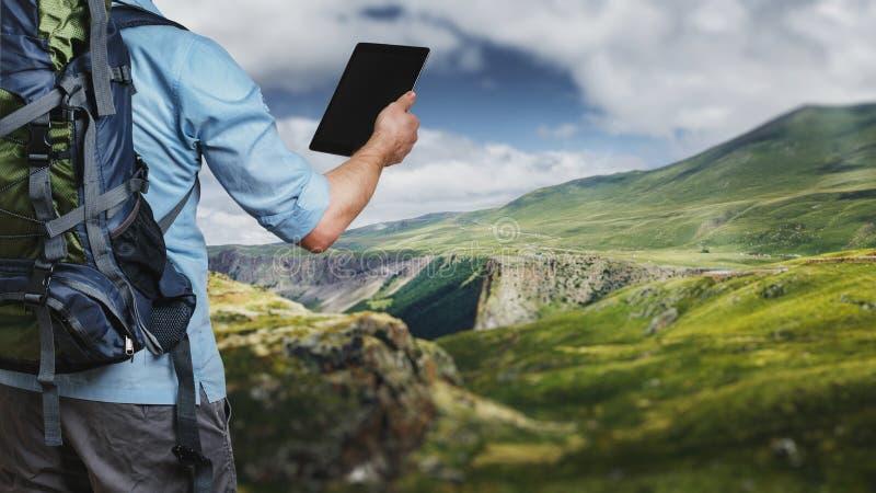 Jeune randonneur de voyageur avec le sac à dos regardant la carte d'itinéraire dans a images libres de droits