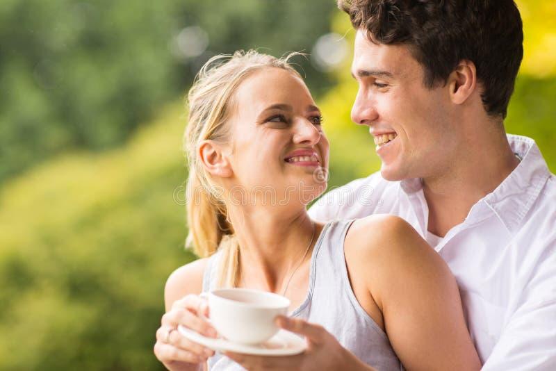 Jeune regard de couples images libres de droits