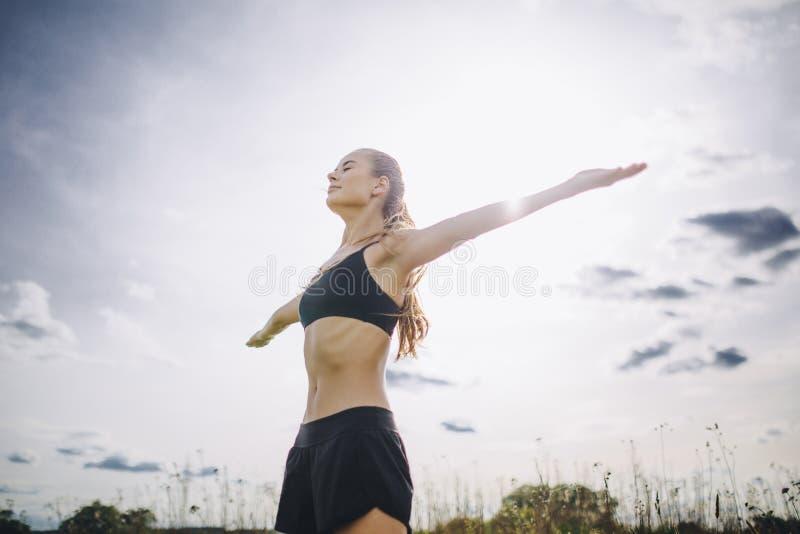 Jeune repos femelle après une formation active de forme physique photo libre de droits