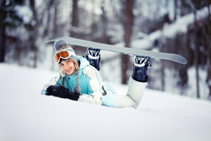 Jeune repos femelle de snowboarder image libre de droits