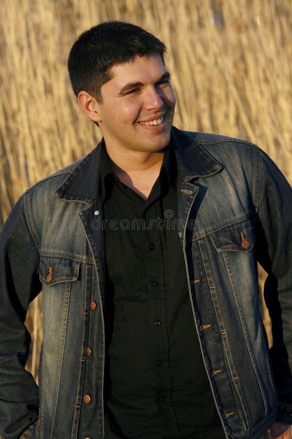 Jeune rire beau d'homme photo libre de droits