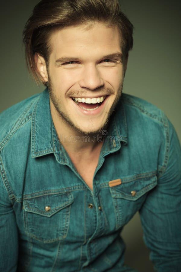 Jeune rire heureux d'homme de mode photo libre de droits