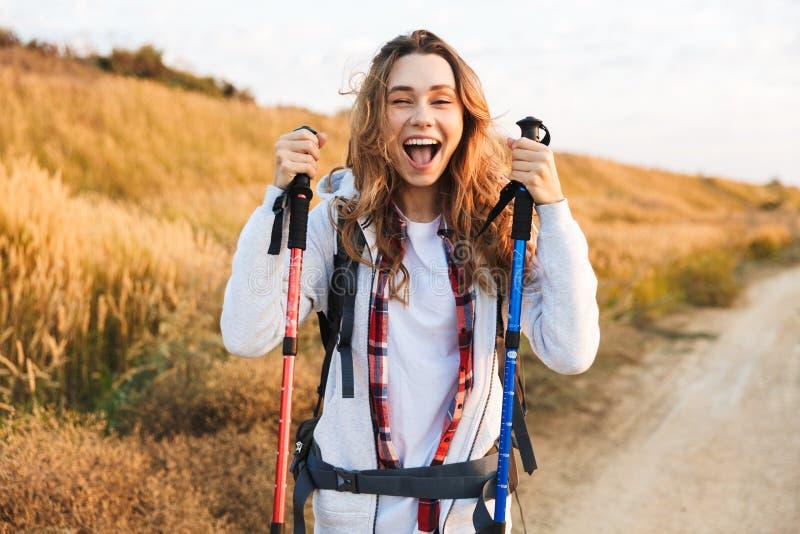 Jeune sac à dos girlcarrying heureux image stock