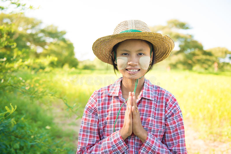 Jeune salutation femelle traditionnelle d'agriculteur de Myanmar images stock