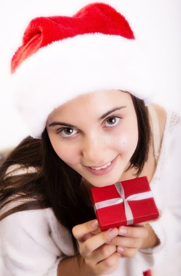 Jeune Santa femelle avec le cadeau de Noël photographie stock libre de droits