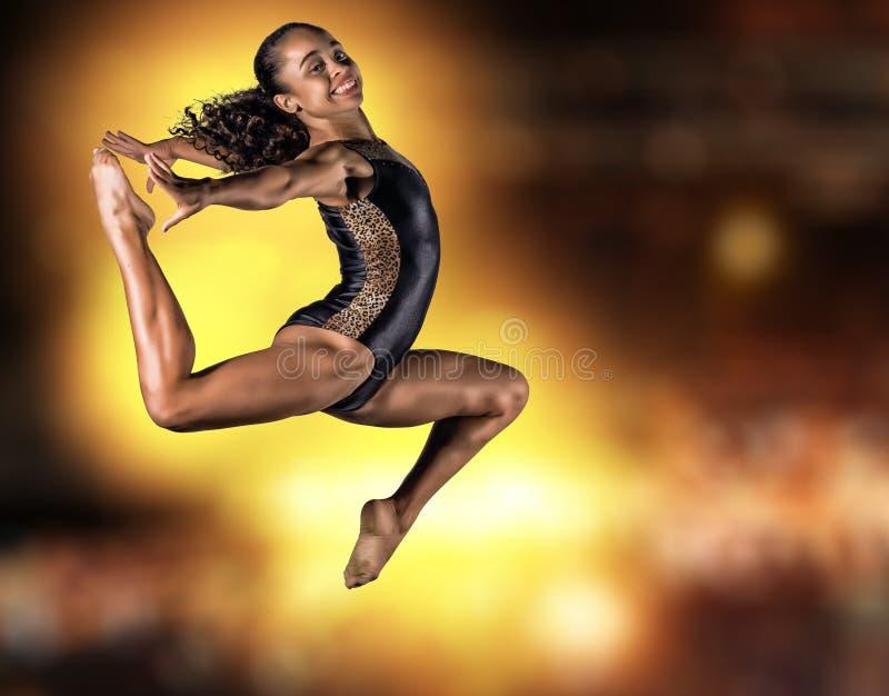 Jeune sauter de fille de gymnaste photographie stock
