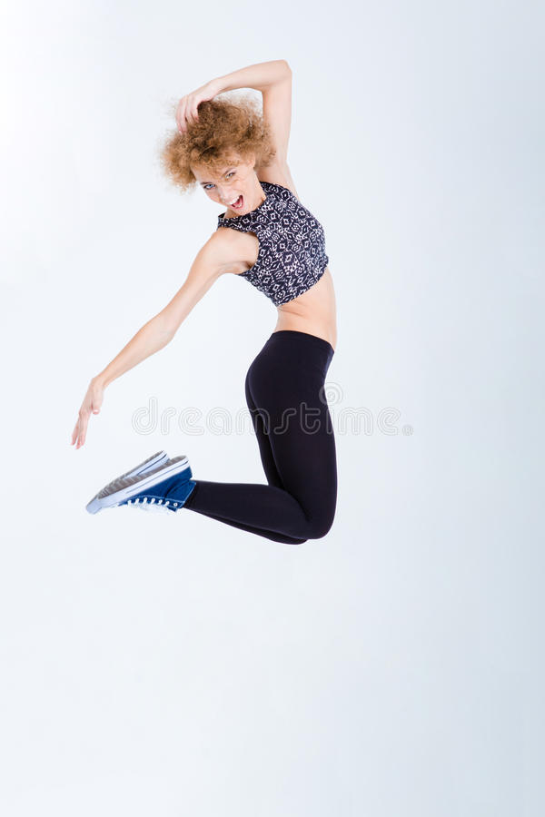 Jeune sauter enthousiaste de femme photo stock