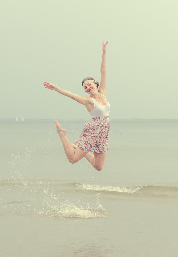 Jeune sauter heureux de femme photos libres de droits