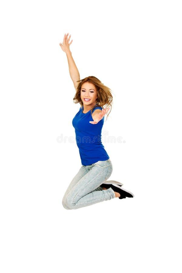 Jeune sauter heureux de femme image libre de droits