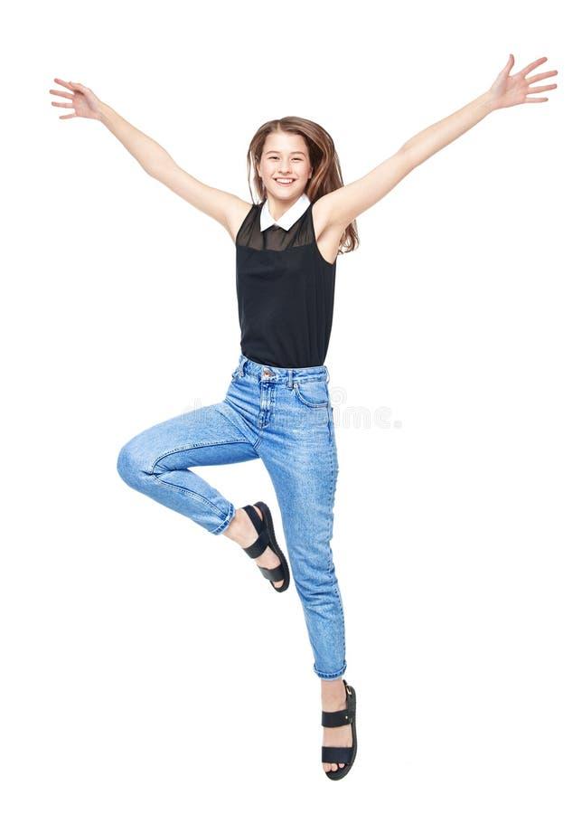 Jeune sauter heureux de fille d'adolescent d'isolement image stock