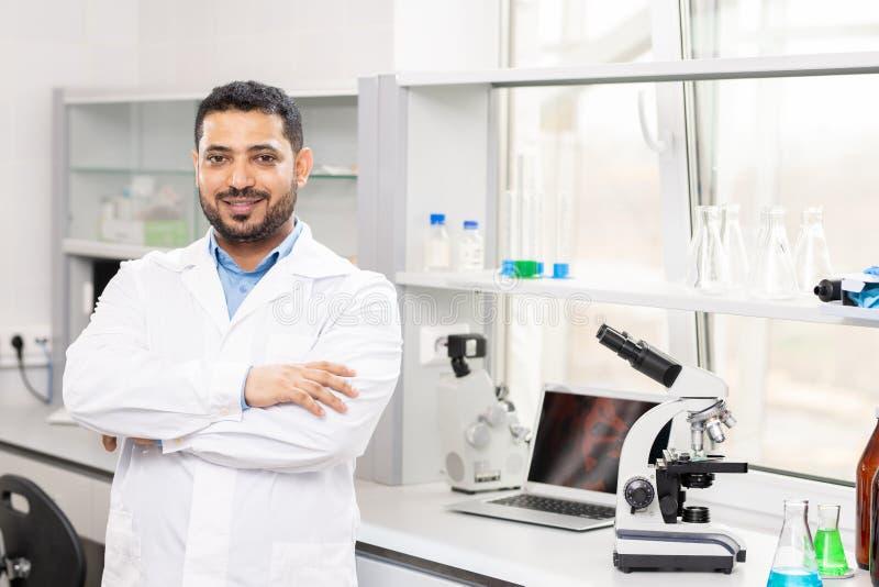 Jeune scientifique Arabe de contenu dans le laboratoire images stock