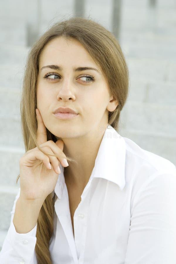 Jeune se demander de femme d'affaires photo stock
