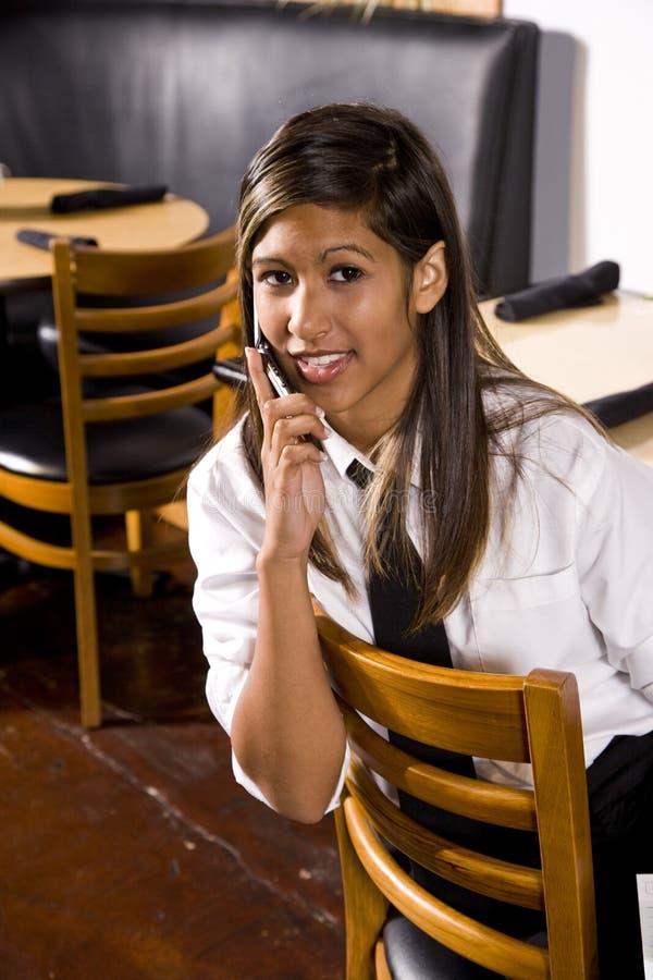 Jeune serveuse hispanique images stock