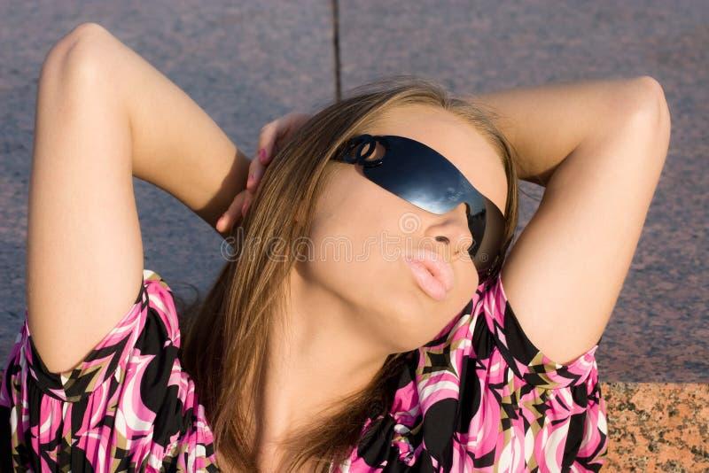 Jeune signe sexy de baiser d'apparence de femme image libre de droits
