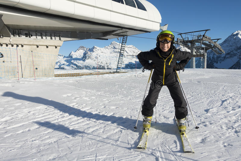 Jeune ski de garçon en montagne images libres de droits