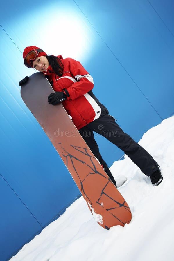 Jeune snowboarder de femelle adulte image stock