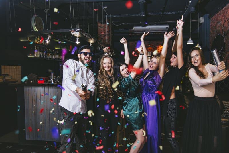 Jeune société gaie des amis dans la barre de club ayant l'esprit d'amusement images stock