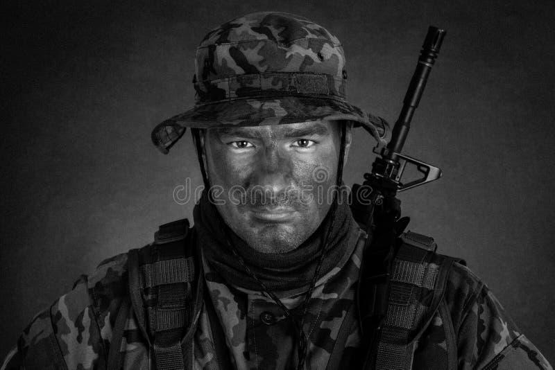 Jeune soldat avec la peinture de camouflage de jungle images libres de droits