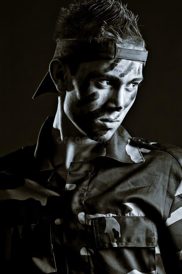 Jeune soldat sérieux dans l'uniforme militaire photographie stock libre de droits