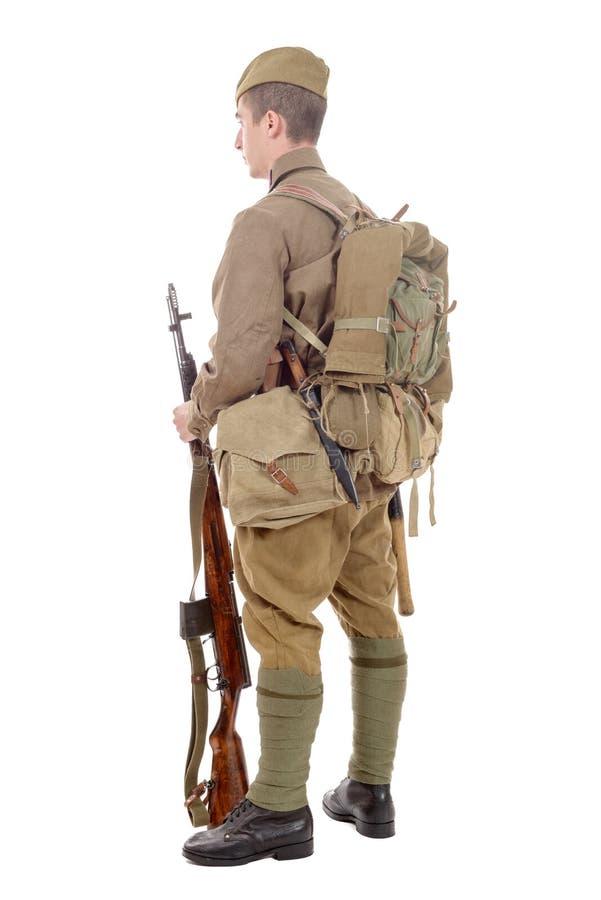 Jeune soldat soviétique avec le fusil sur le fond blanc photos libres de droits