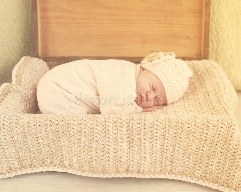Jeune sommeil de bébé de beauté image stock